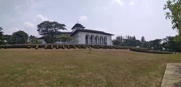 Gedung Sate dari Belakang